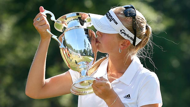 Jessica Korda kisses the trophy on the 18th green after winning the Airbus LPGA Classic presented by JTBC