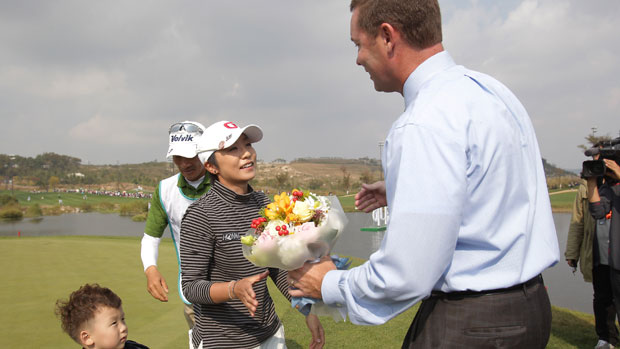 Mi Hyun Kim  recieved flowers from LPGA Commissioner Mike Whan