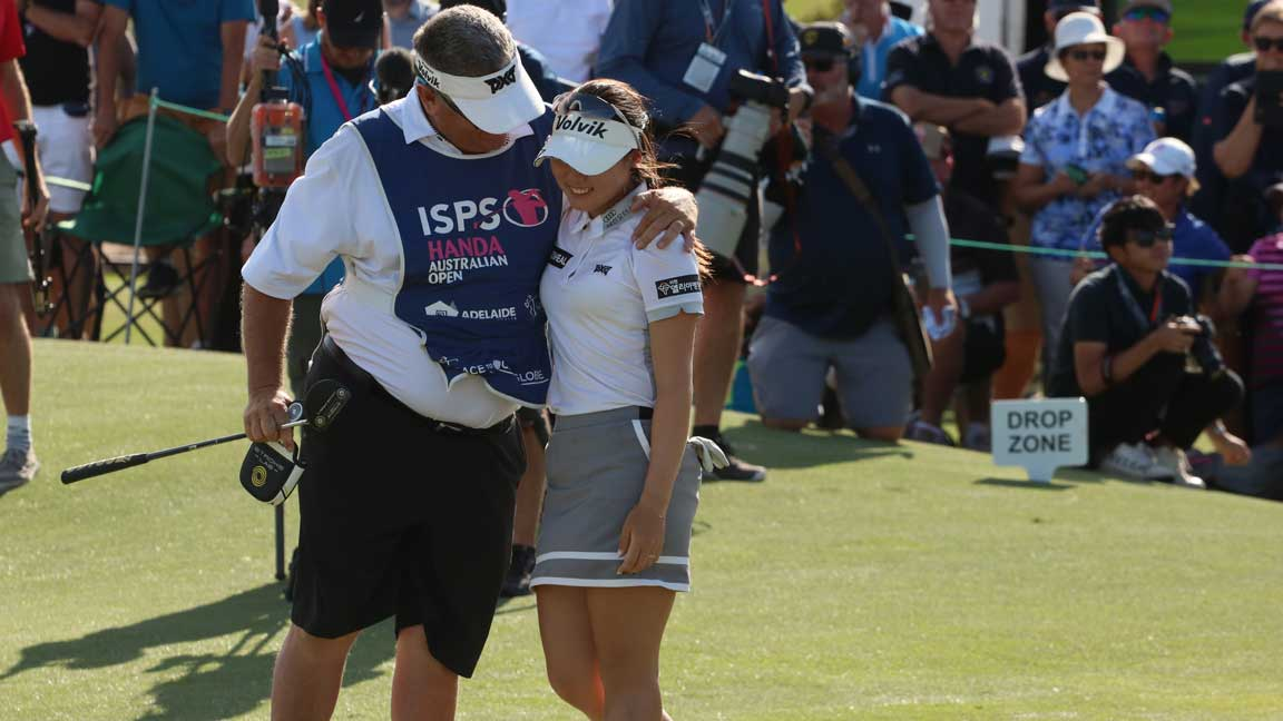 Ayean Cho consoled by caddie after shooting final round 77