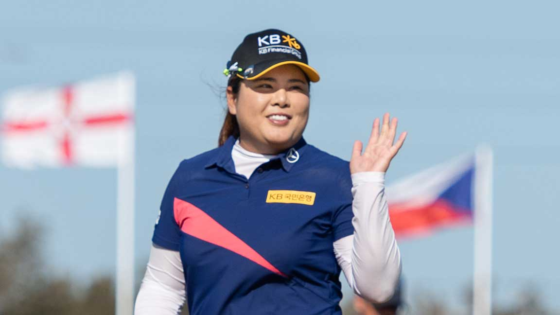 Inbee Park waves to the crowd as she heads towards the 18th green during round four of the 2020 ISPS Handa Women's Australian Open