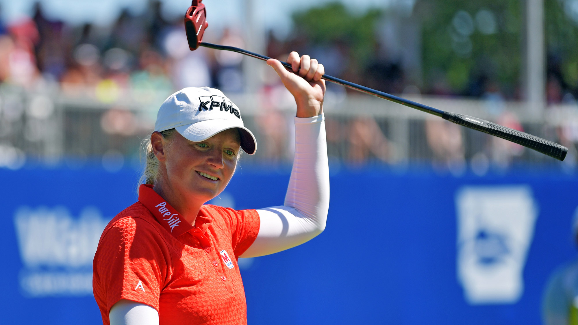 Stacy Lewis Acknowledges Crowd at Walmart NW Arkansas Championship